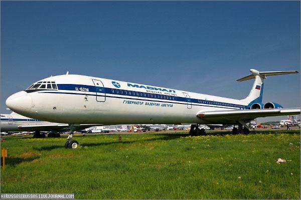 Ил-62М и другие самолеты в Домодедово. в аэропорту Домодедово.  Давайте посмотрим на стоянку Ил-62М на грунте между...