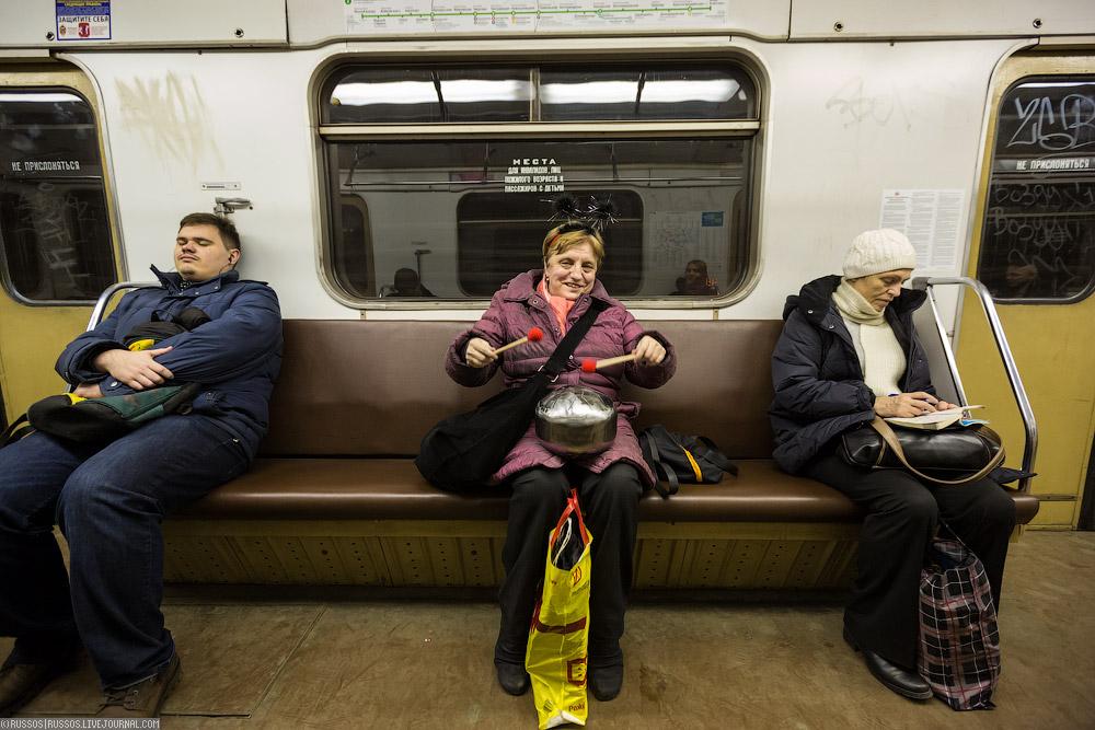 Очень короткая юбка в метро