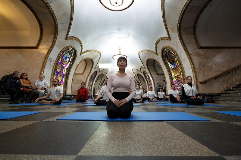 «Ночь йоги в метро» на станции «Новослободская»