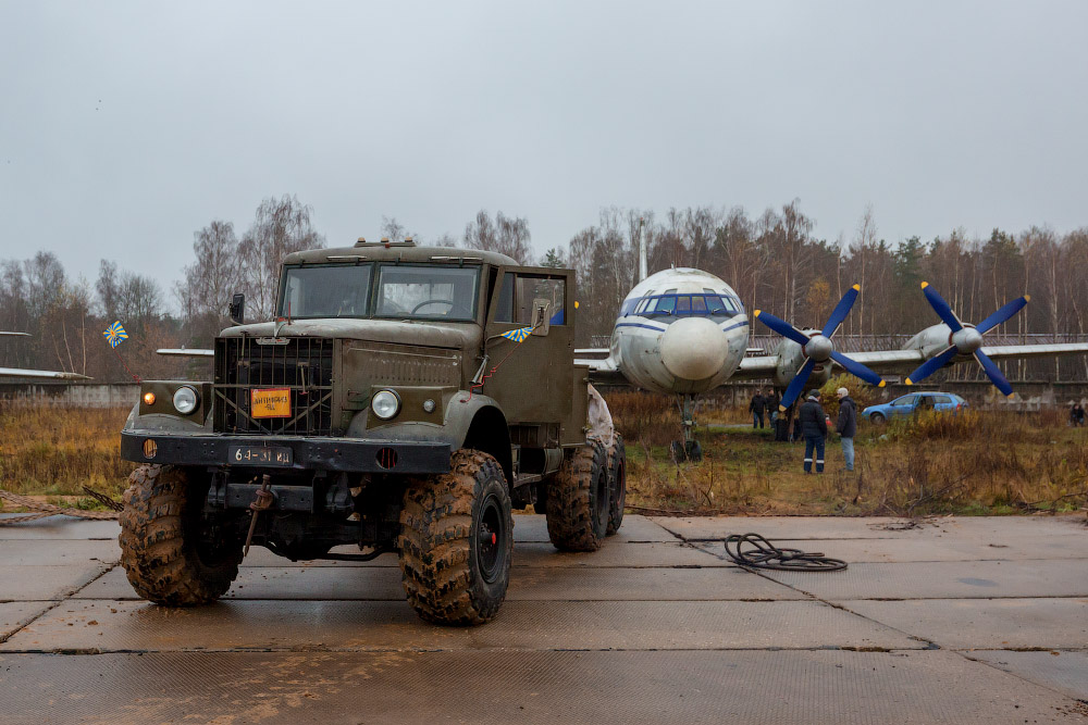 Передвижка Ил-18 в Монинском музее